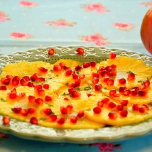 Carpaccio de abacaxi com romã e mel de hortelã