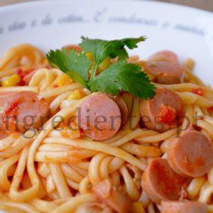 Tagliatelle com Molho de Tomate, Salsichas e Milho